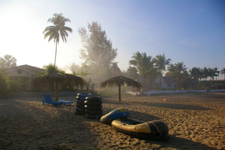 Lieblingsfotos: Boote und Palmen im Sonnenaufgang in Ngwe Saung Beach, Myanmar