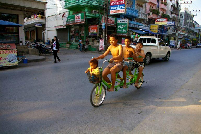 Lieblingsfotos: Kinder auf einem Fahrrad im Strassenverkehr von Cha Am, Thailand