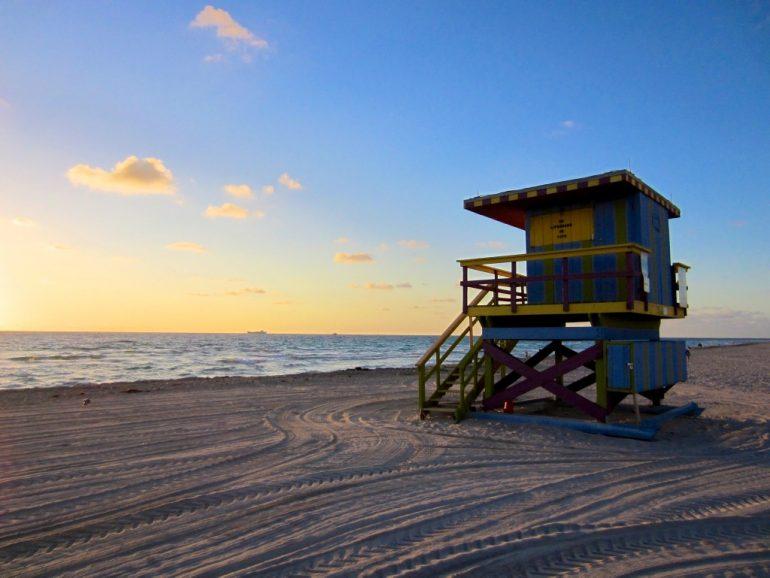 Lieblingsfotos: Sonnenuntergang über einer Hütte am Strand von South Beach, Miami, USA