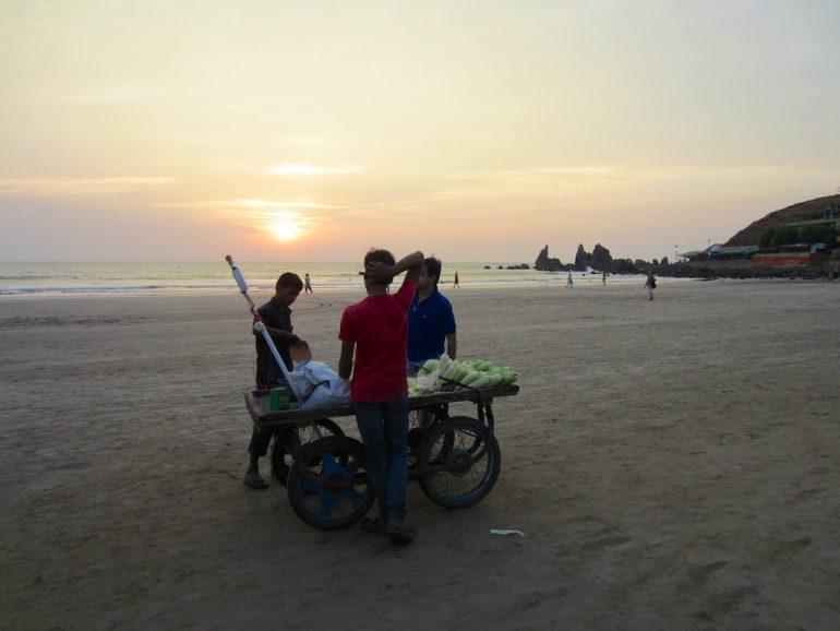 Verkäufer am Strand von Arambol Beach in Goa, Indien