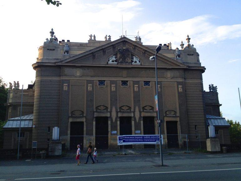 Blick auf die Stadthalle von Görlitz