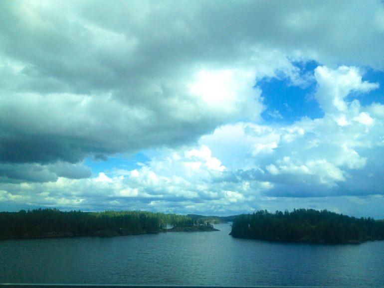 Wolken über einem See in Finnland