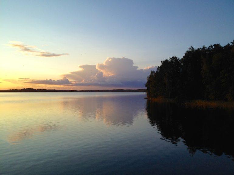 Sonnenuntergang über einem See in Finnland