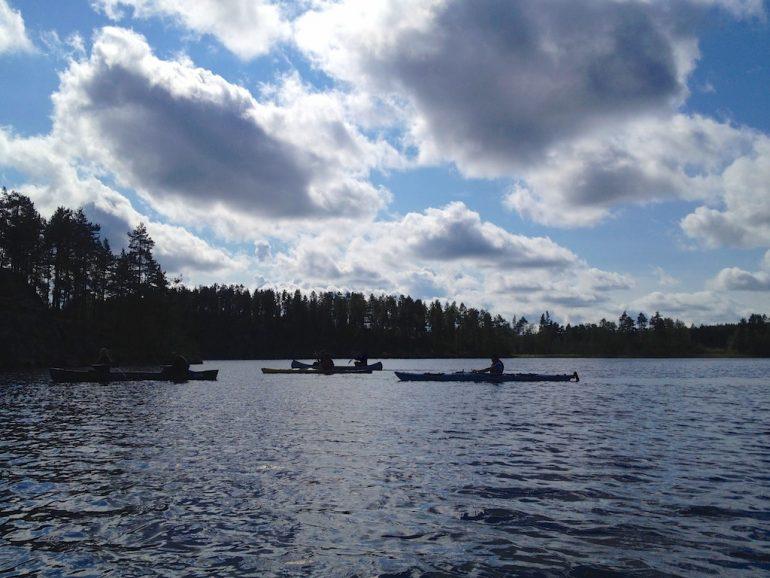 Leute im Kayak auf einem See in Finnland