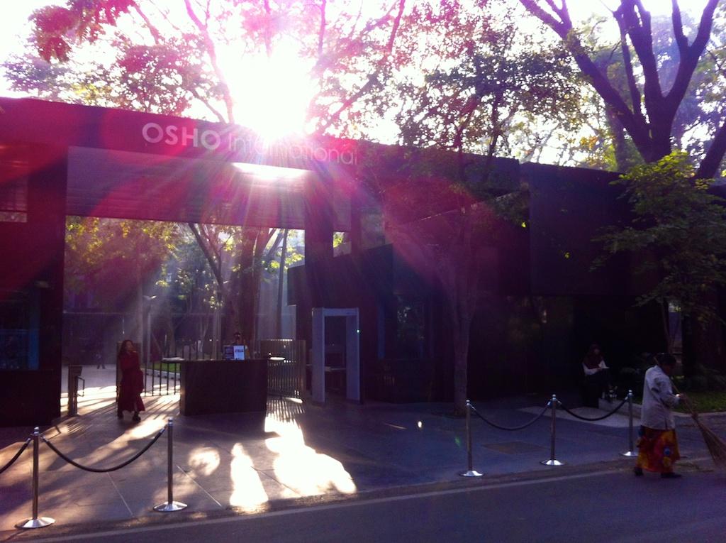 Blick auf das Haupttor des Osho International Meditation Centre