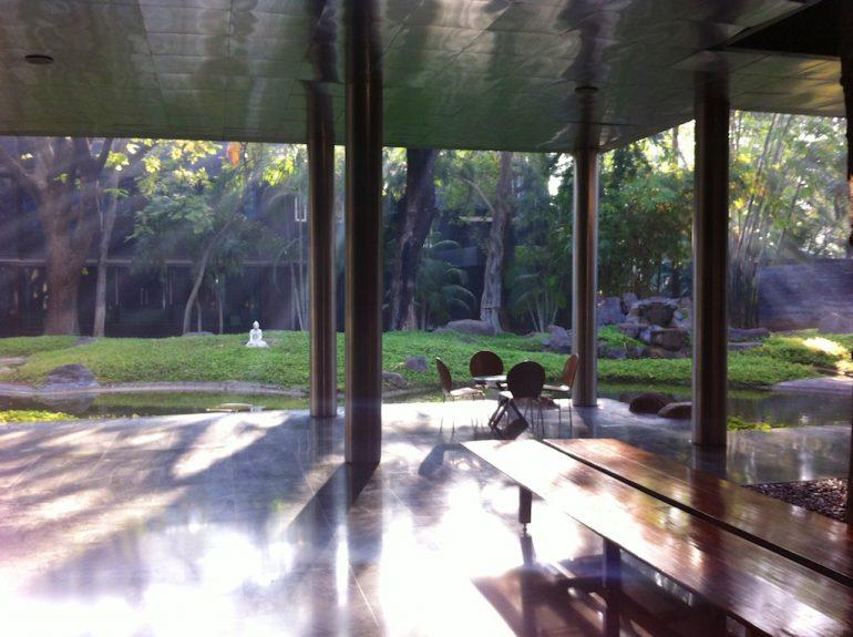 Blick von der Registrierungshalle aufs Gelände des Osho International Meditation Resort