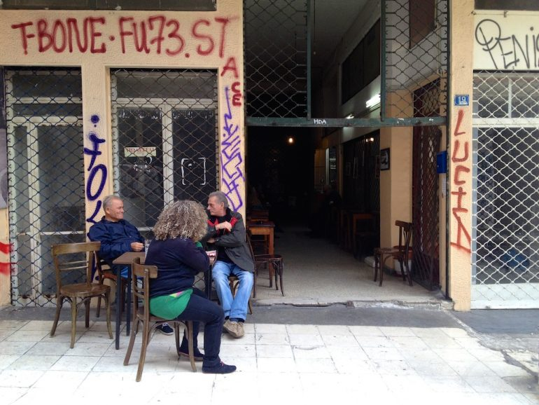 Menschen vor einem Cafe in Athen