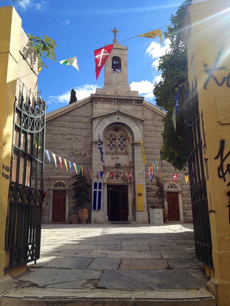 Flaggen vor der San Dimitrios Kirche in Athen