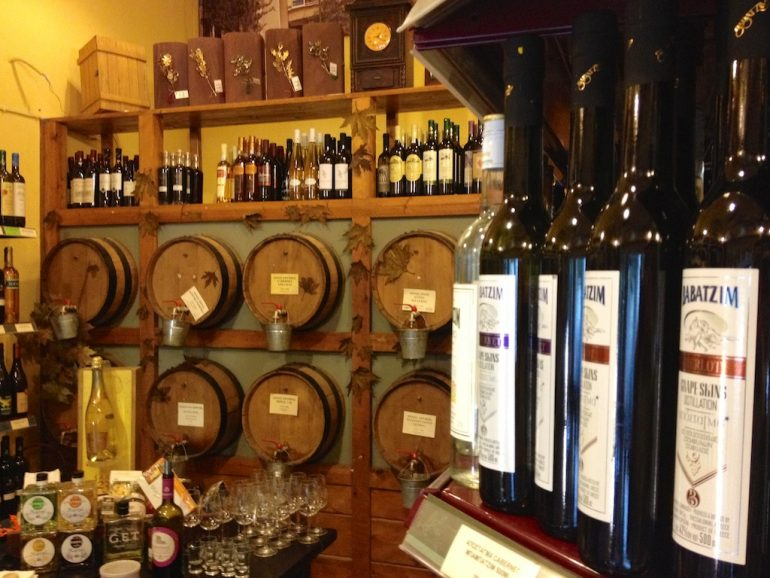 Weinflaschen im Geschäft Pantopolio Mesogiakis Diatrofis in Athen