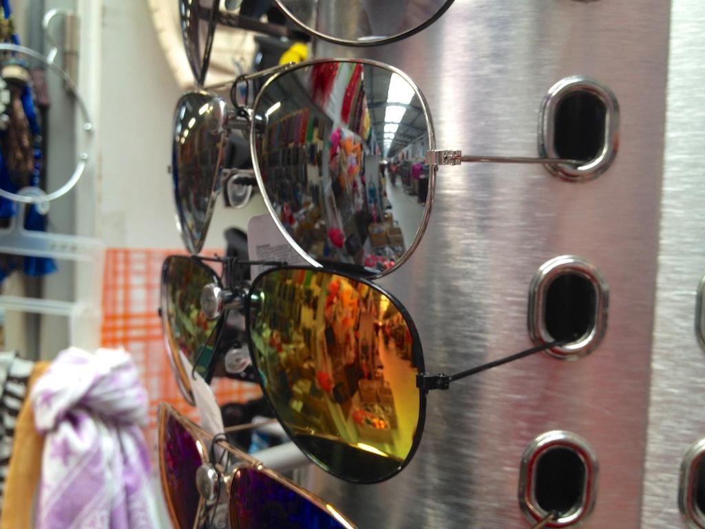 Sonnenbrillen jedenfalls gibt es recht günstig.