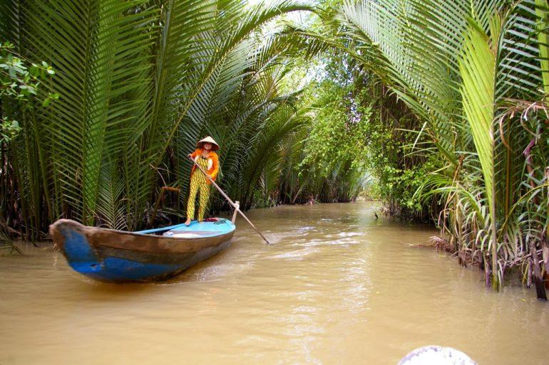 Frau in einem Boot im Mekong-Delta