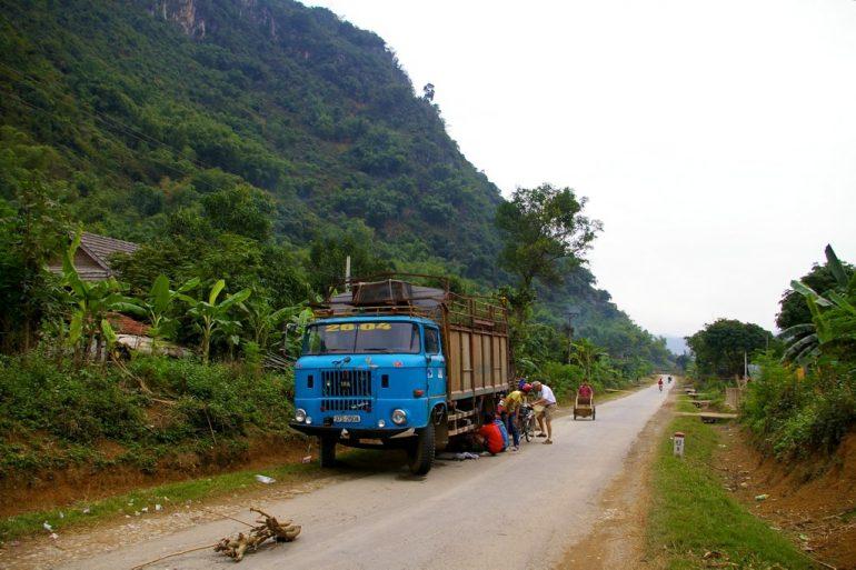 Menschen arbeiten an einem LKW mit Reifenpanne nahe Mai Chau