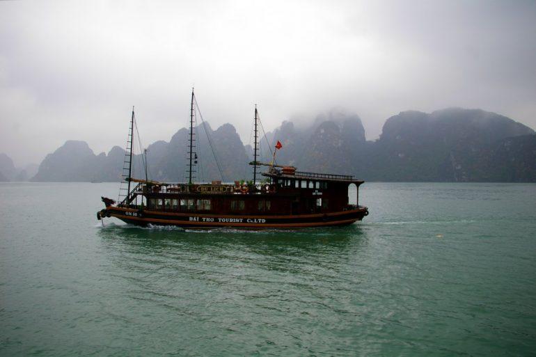 Vietnam Sehenswürdigkeiten Boot im Nebel vor Bergen in der Ha LOng Bucht