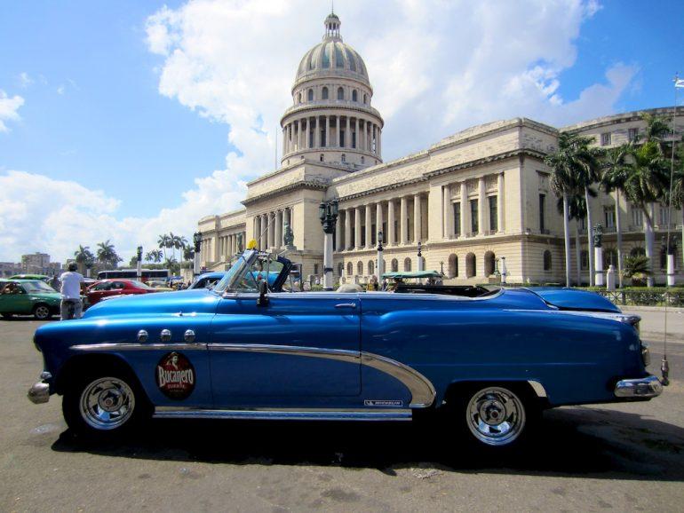 Blauer Kuba Oldtimer vor dem Capitolio in Havanna