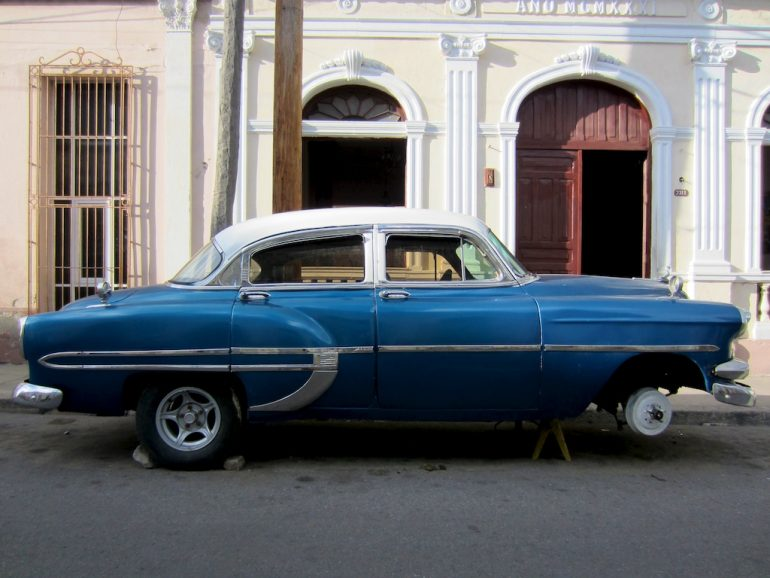Cuba cars: Blue US classic car with three wheels