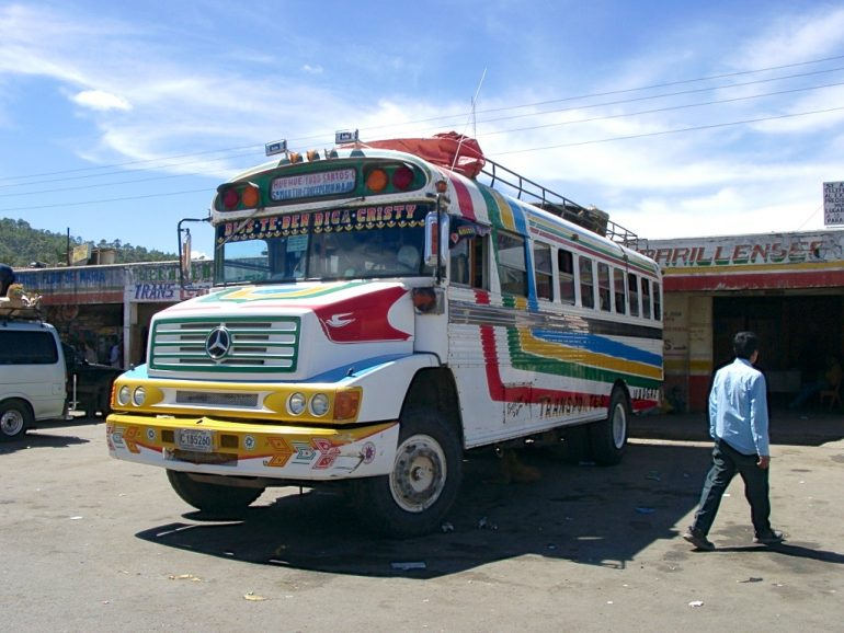 Bus vor Gebäude in Guatemala