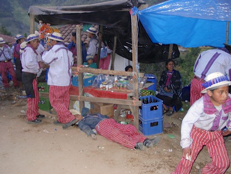 Menschen in Tracht während eines Festes in Guatemala