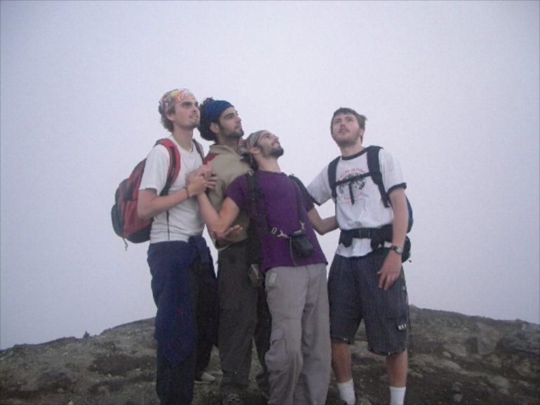 Gruppe junger Männer auf einem Gipfel