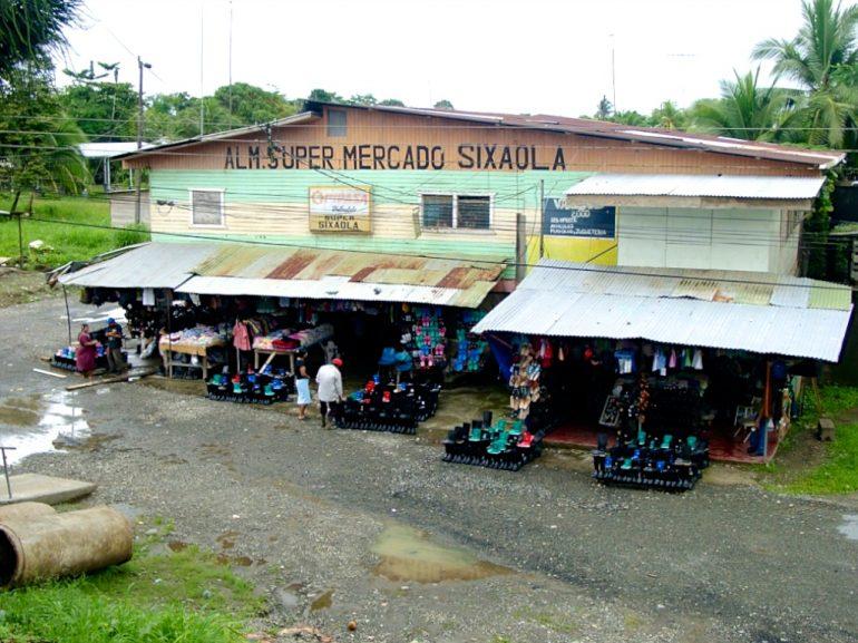 Geschäft mit Gummistiefeln in Panama