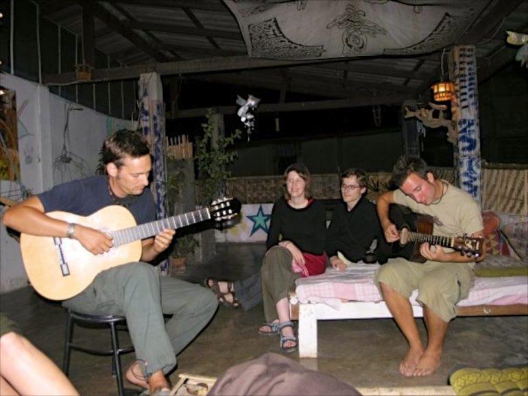 Musiker und Zuhörer in einem Hostel