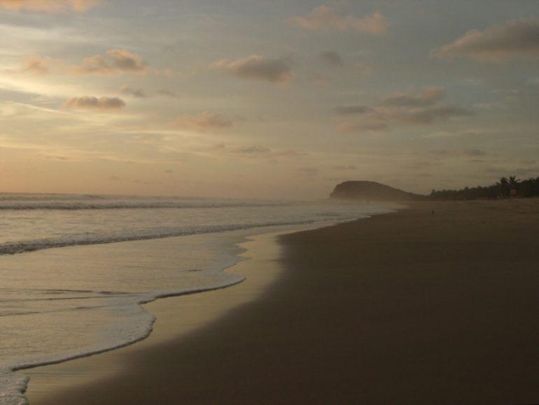 Sonnenuntergang mit Meer und Strand in Mexiko