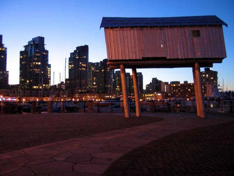 Hütte auf Stelzen im Hafen von Vancouver