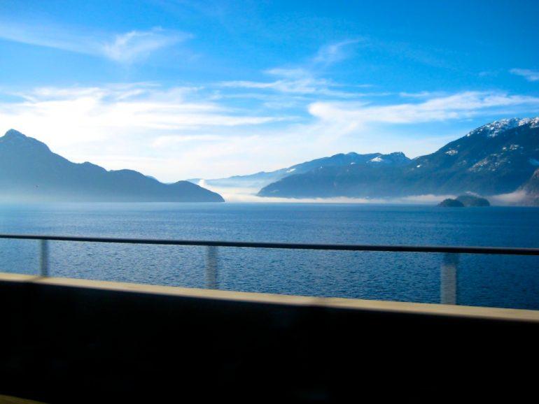 Blick auf einen See und Berge in British Columbia