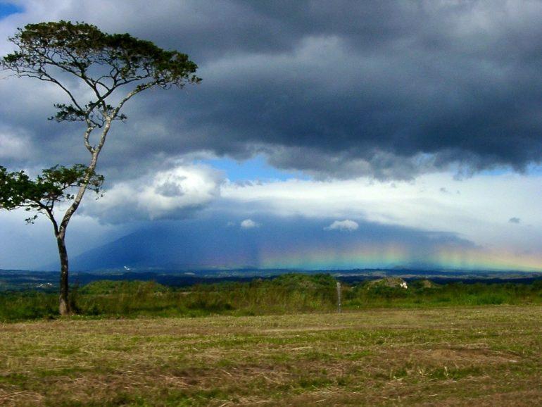 Mittelamerika: Horizontaler Regenbogen in Costa Rica