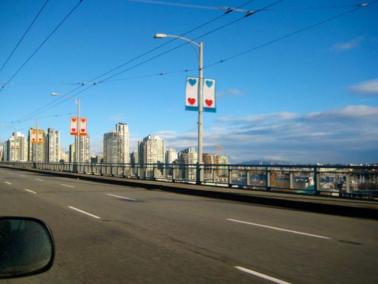 Strasse und Hochhäuser in Vancouver