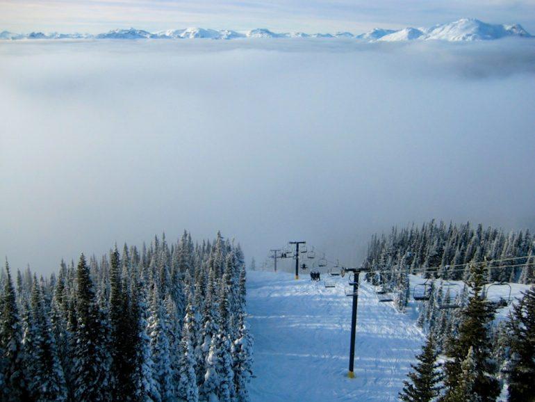 Skilift und schneebedeckte Berge in Whistler