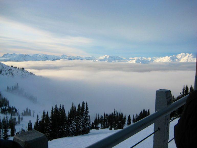 Blick auf schneebedeckte Berge in Whistler