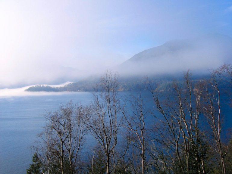 Blick auf einen See mit Bergen in British Columbia