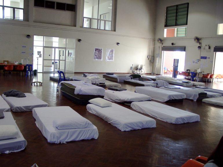 Tsunami 2004: Betten für Verletzte am Flughafen Phuket.