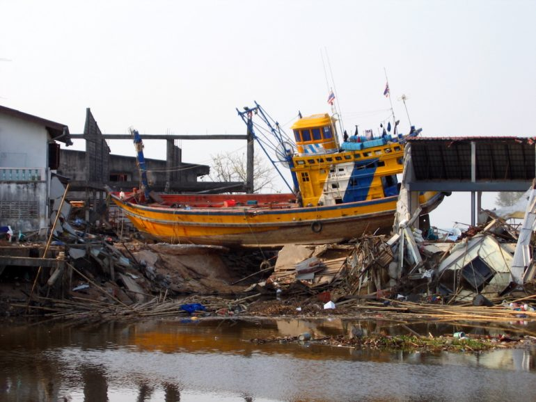Tsunami 2004: Zerstörtes Boot an Land in Ban Nham Khem