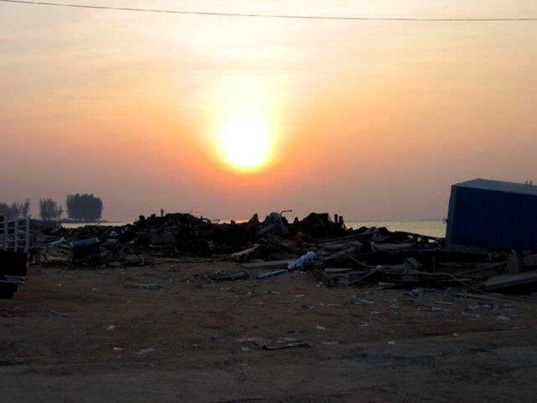 Tsunami 2004: Das zerstörte Ban Nham Khem im Sonnenuntergang