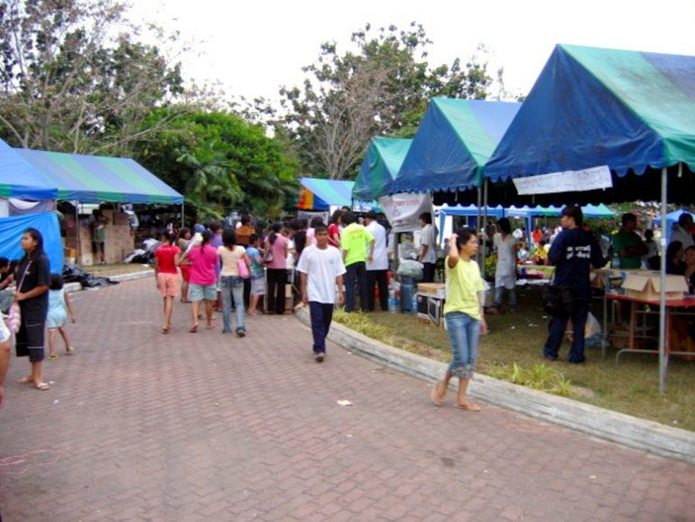 Tsunami: Hilfszentrum mit Freiwilligen in Phuket