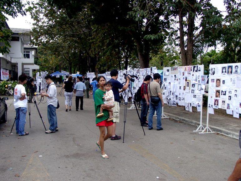 Tsunami: Angehörige und Journalisten im Hilfszentrum Phuket