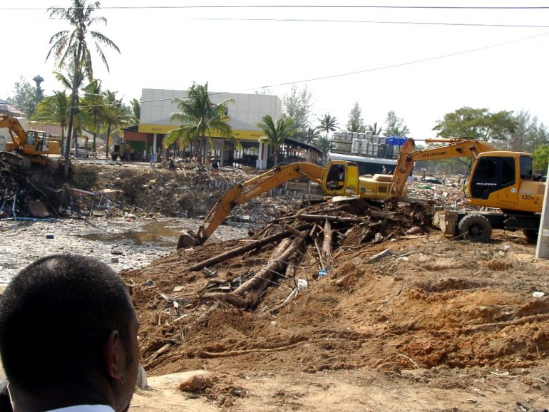 Tsunami 2004: Bagger neben einem Wasserloch in Khao Lak