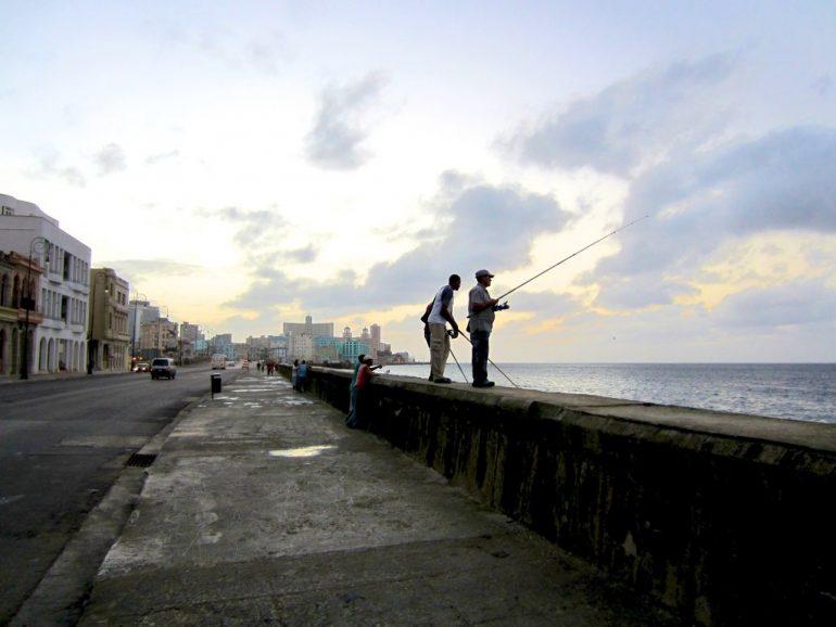 Männer angeln am Meer in Havanna