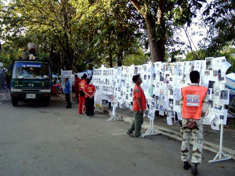 Tsunami-Katastrophe: Helfer vor den Tafeln mit unzähligen Suchnachrichten.