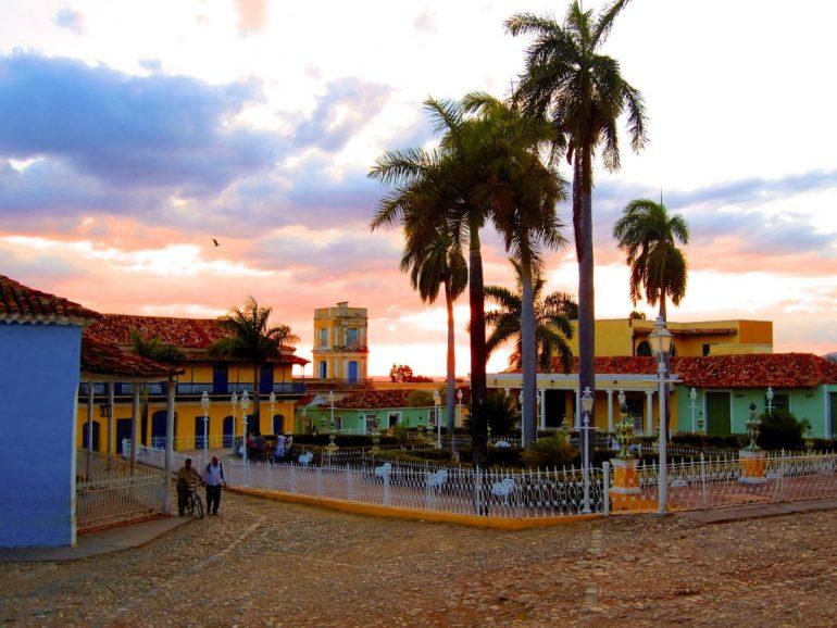 Palmen, Häuser und Menschen in Trinidad