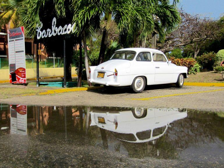 Lieblingsfotos: Ein Auto spiegelt sich in einer Pfütze in in Varadero