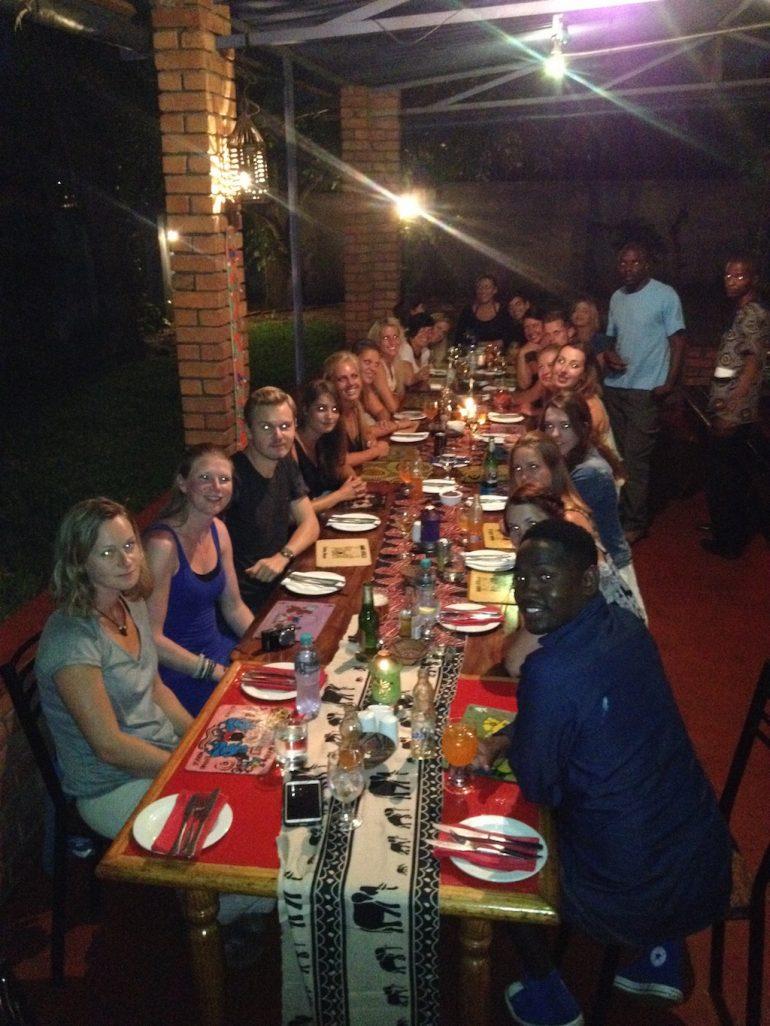 Teilnehmer einer Afrika Rundreise beim Abendessen