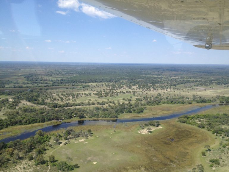 Blick aus dem Flugzeug aufs Okavango-Delta während einer Afrika Rundreise