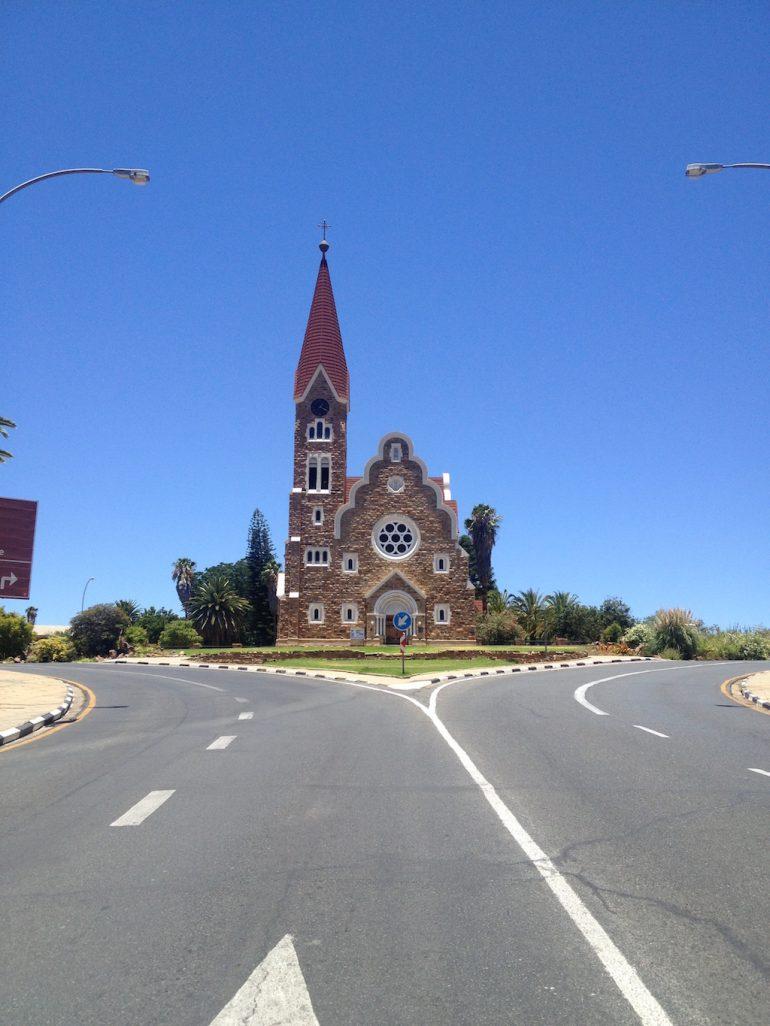 Strasse mit Christuskirche Windhoek bei der Afrika Rundreise