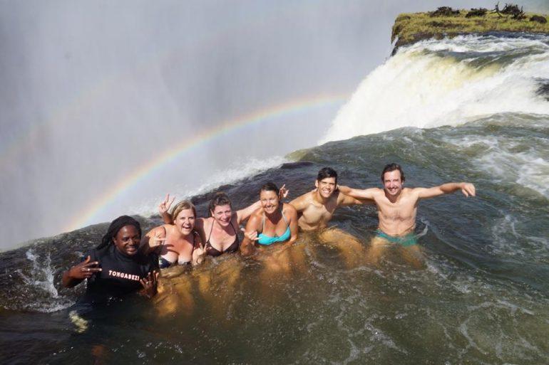 """""""Marco Buch"""" und andere Teilnehmer einer Afrika Rundreise im Devil's Pool, Victoria Falls"""