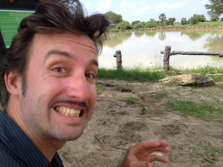 """Marco Buch"" mit Krokodil während einer Tansania Safari"