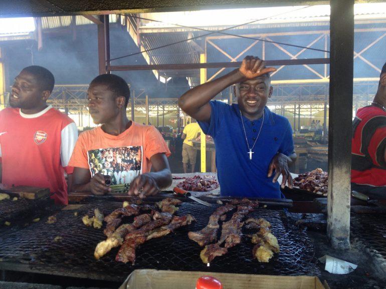 Grill-Verkäufer auf dem Single Quarters Market, Windhoek