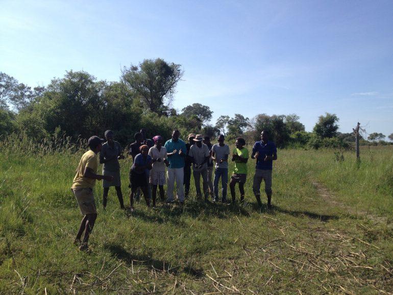 Poler bei einem Tanz im Okavango-Delta