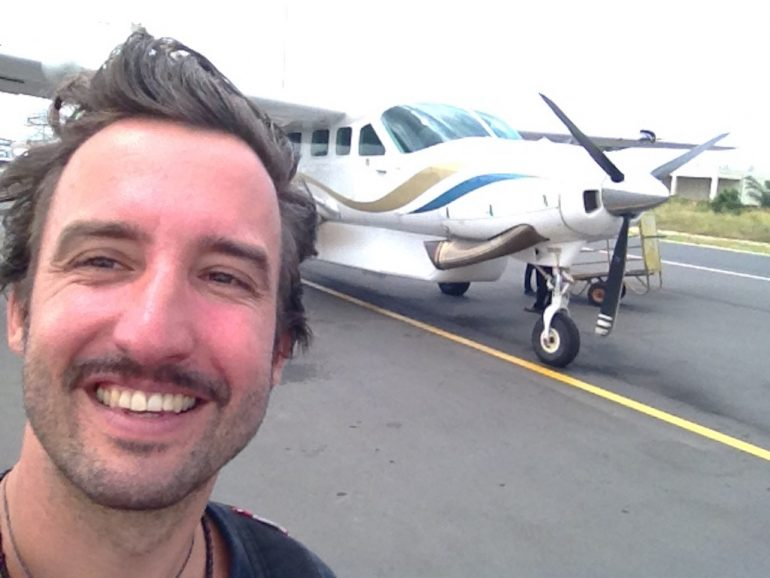 """""""Marco Buch"""" neben einem Sportflugzeug in Sansibar"""